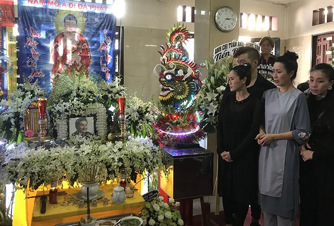 Sau khi thi hài Anh Vũ được đưa từ Mỹ về Việt Nam, chiều cùng ngày gia đình anh tổ chức lễ viếng tại chùa. Nhiều bạn bè, nghệ sĩ đau xót khi nhìn di ảnh cố danh hài trên bàn thờ.