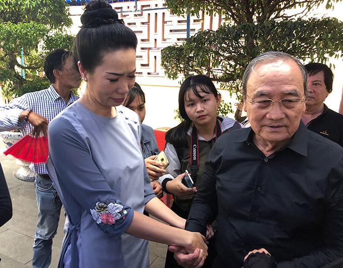 Diễn viên Trịnh Kim Chi nghẹn ngào chia buồn với người thân của Anh Vũ.