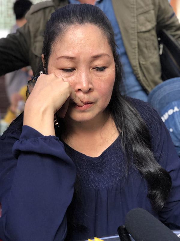 Nghệ sĩ Hồng Vân buồn vì từ giờ chị không có ai làm phiền đêm ngày nữa. Những ngày qua, Hồng Vân đã dốc sức cùng gia đình Anh Vũ lo hậu sự cho anh.