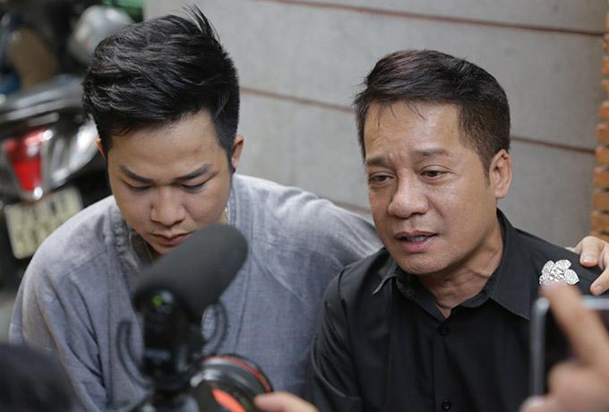 Ca sĩ Quách Tuấn Du nét mặt đượm buồn khi cùng nghệ sĩ Minh Nhí ôn lại kỷ niệm về Anh Vũ.