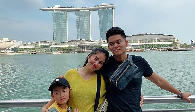 Hai vợ chồng Lê Phương - Trung Kiên đưa bé Cà Pháo đi du lịch tại Singapore.