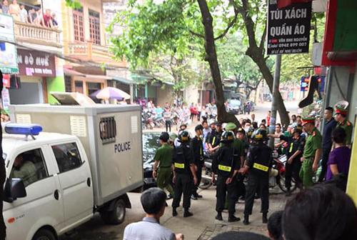 Cảnh sát khám nhà Sang sáng 9/4 ở thành phố Yên Bái. Ảnh:Khánh Nguyễn.