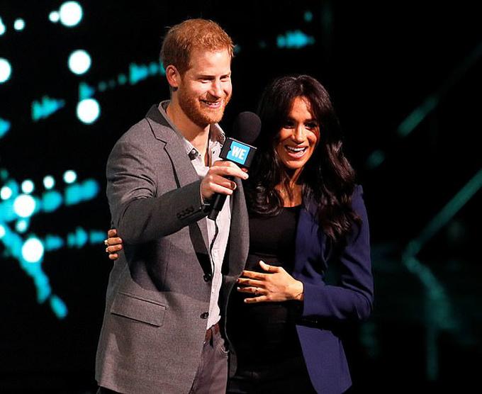 Harry ôm Meghan trên sân khấu WE DAY ở Wembley Arena, London, hôm 6/3. Ảnh: Reuters.