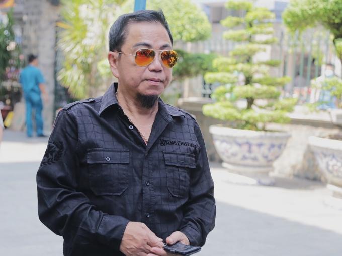 Nghệ sĩ Hồng Tơ đến viếng Anh Vũ từ khá sớm