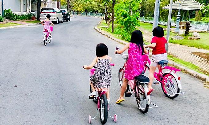 Hội chị em hàng xóm chạy sau cổ vũ cho bé Bánh Gạo.