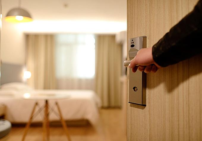 Bí ẩn hành động gõ cửa phòng khi không có ai của nhân viên khách sạn