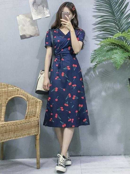 Bên cạnh họa tiết hoa lá rực rỡ, váy hòa hè còn được tô điểm bằng họa tiết trái cây nhỏ xinh với tông màu bắt mắt.