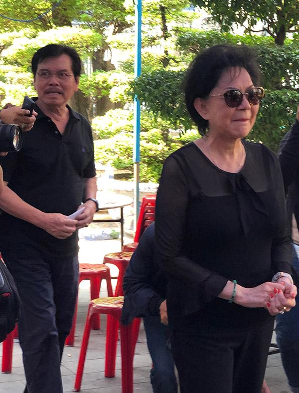 Vợ chồng danh ca Giao Linh đến thắp nhang tiễn biệt người em đồng nghiệp.