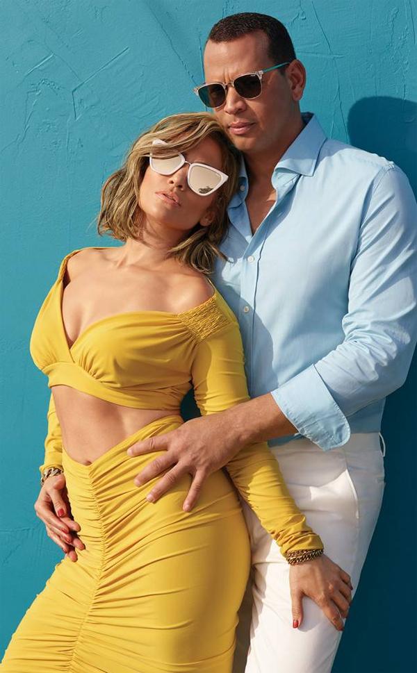 Jennifer Lopez chụp hình tình tứ với ông xã kém tuổi.