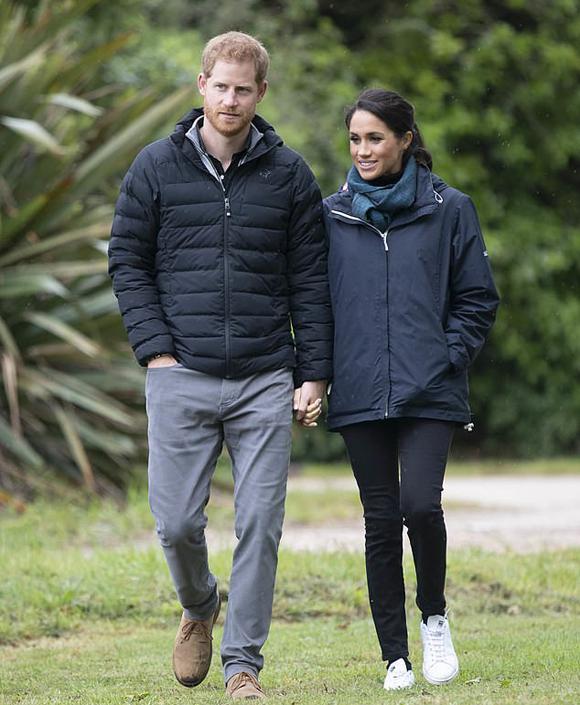 Vợ chồng Meghan đi dạo ở New Zealand trong chuyến công du các nước châu Đại Dương hồi tháng 10/2018. Ảnh: PA.