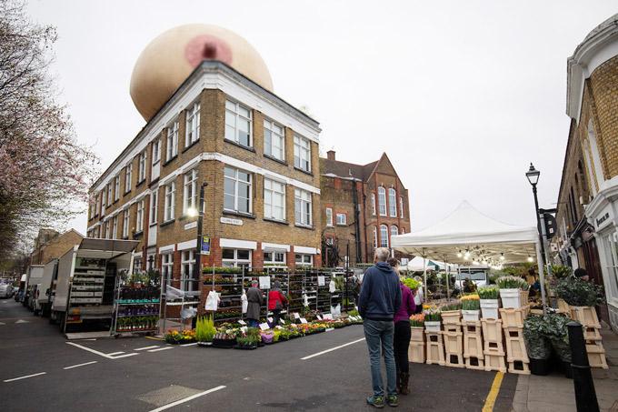 Quả bóng hình bầu ngực trên nóc nhà ở London khiến du khách đỏ mặt