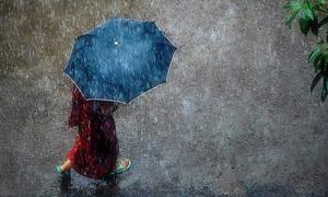 Cụ bà 98 tuổi đi bộ 3 km trong mưa để trả món nợ 50 năm trước