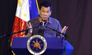 Tổng thống Philippines khoe kích cỡ 'của quý' trong phát biểu