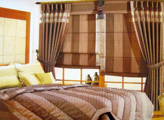 Màn chắn cách nhiệt màu trung tính với mặt sau phủ nhựa trắng có thể giúp giảm nhiệt lên đến 33%. Bạn có thể lựa chọn loại rèm vải chống nắng hoặc rèm sáo với thiết kế hiện đại giúp không gian nhà thêm mát mẻ.