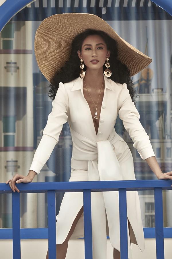 Người đẹp cũng khéo léo kết hợp với mũ rộng vành, phù hợp với xu hướng thời trang.
