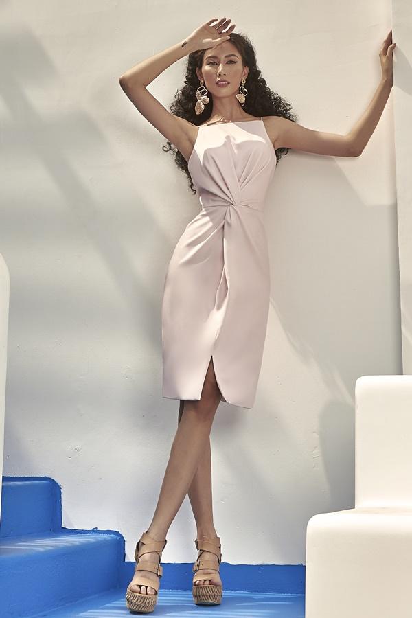 Kỹ thuật cắt may chuyên nghiệp thể hiện ở những đường xếp vải, nếp gấp cầu kì. Chi tiết xoắn eo giúp cô khoe vóc dáng mảnh mai.