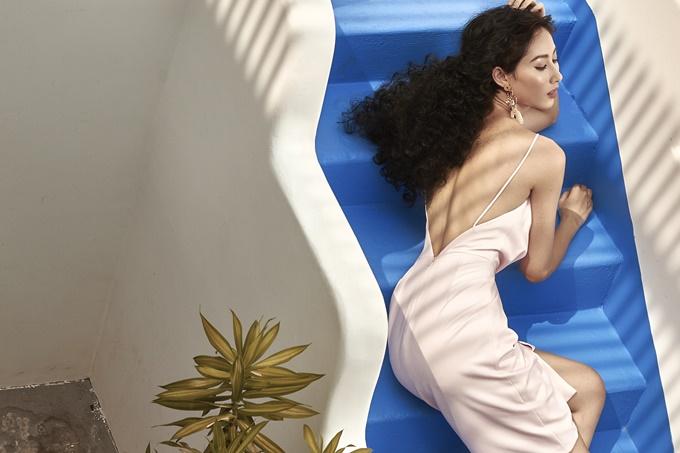 Chân dài khoe lưng trần gợi cảm nhờ đầm hai dây. Người đẹp cũng nhận được nhiều lời khen cho vẻ nữ tính trong thiết kế hồng pastel của L'amour..