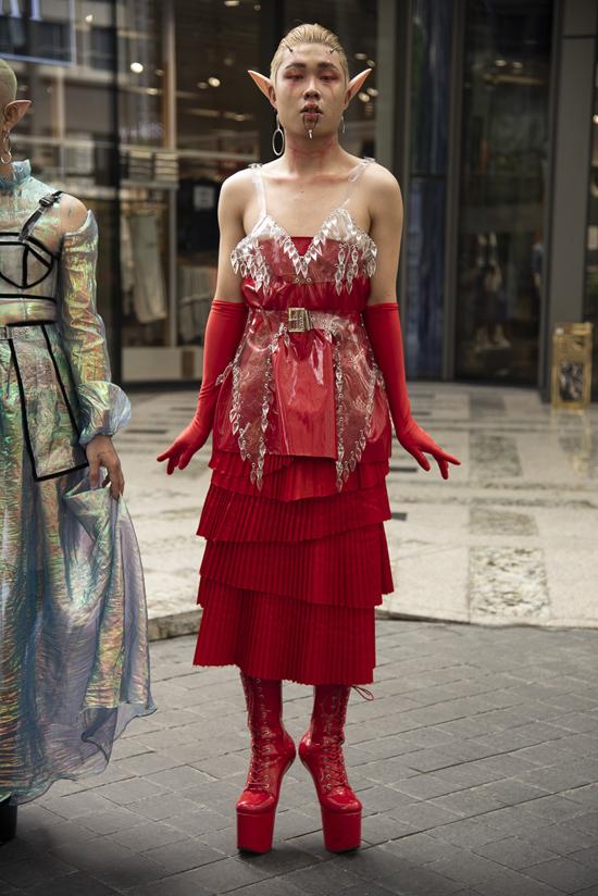 Trong ngày đầu tiên của chuỗi sự kiện, nhiều tín đồ thời trang đã kéo đến thể hiện phong cách ăn mặc độc - dị. Tuy nhiên khó lòng tìm được bộ cánh đẹp, phù hợp xu hướng xuân hè bởi đa phần đều đi theo phong cách cosplay.