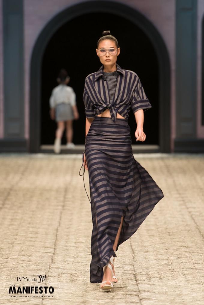 Hoạ tiết kẻcủa IVY moda đơn giản, dễ kết hợp với nhiều loại đồ khác nhau, che khéo khuyết điểm cho người mặc.