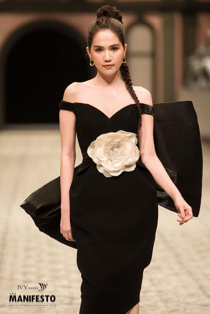 Những chiếc đầm dành cho các buổi tiệc đêm in nổi 3D hoa trà giúp nàng nổi bật hơn.