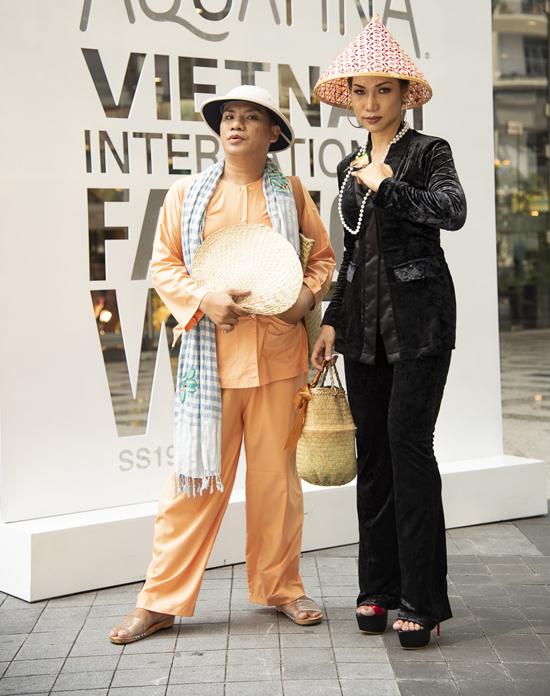 Trang phục áo bà ba mang đặc trưng của văn hóa Nam Bộ cũng được nhiều bạn trẻ chưng dụng khi đi chụp ảnh street style. Nhưng hình ảnh của họ khiến khán giả lầm tưởng, cặp đôi đang tham gia biểu diễn văn nghệ quần chúng.