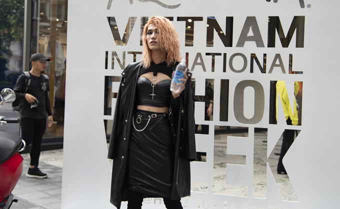 Thời trang phang thời tiết là phong cách được nhiều bạn trẻ áp dụng khi chọn trang phục và phối phụ kiện để tham gia hoạt động chụp ảnh đường phố của tuần lễ thời trang.