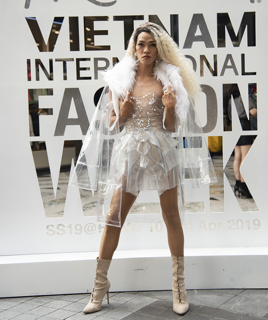 Song song với các đêm diễn quy tụ các nhà mốt nổi tiếng trong nước, hoạt động bên lề của Tuần lễ Thời trang Quốc tế Việt Nam luôn mang đến tính giải trí rất cao.