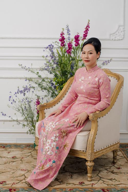 Những tà áo dài được lấy ý tưởng thiết kế dựa trên vẻ đẹp của ngườimẹ, không quá rực rỡ nhưng vẫn luôn ấm áp rạng ngời như những đóa hoa xuân.