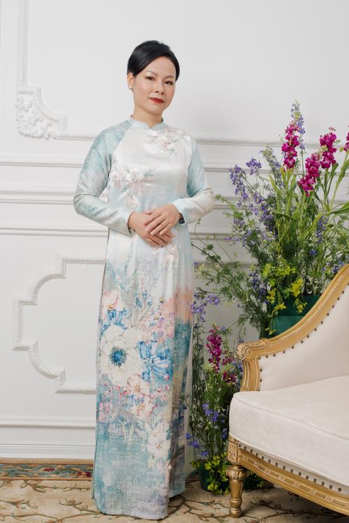Mẫu áo mang gam màu pastel làm tăng sự dịu dàng, nét trẻ trung của mẹ cô dâu, chú rể.