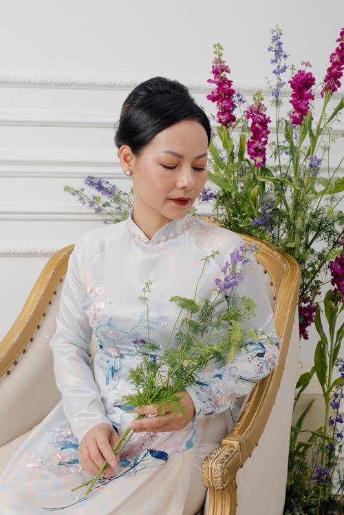 Khi diện áo dài, phụ nữ trung niên cũng cần lưu ý đến nội y bên trong để diện áo đẹp hơn. Nội y cần có tác dụng nâng, đẩy ngực giúp tôn dáng vóc.