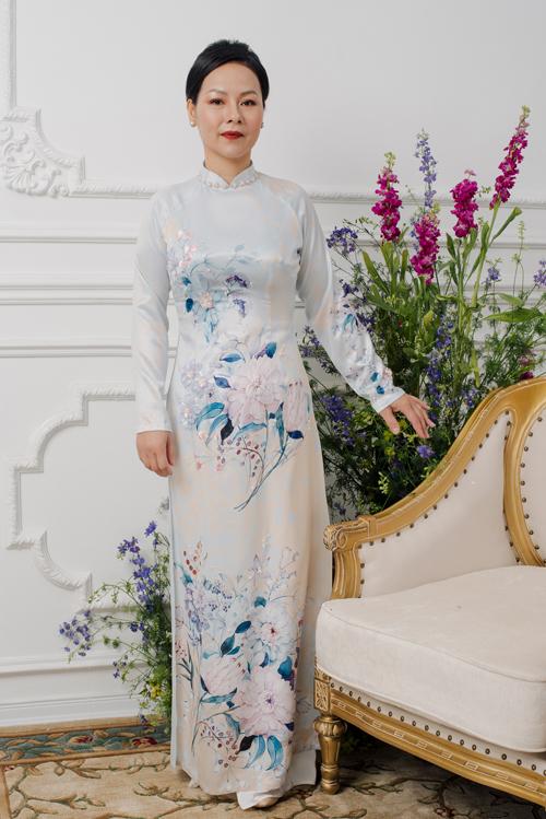 Khu vườn hoa hiện lên một cách sinh động, rõ nét trên tà áo dài truyền thống. Cổ áo được điểm xuyết bởi hạt ngọc đem đến sự sang trọng, quý phái.