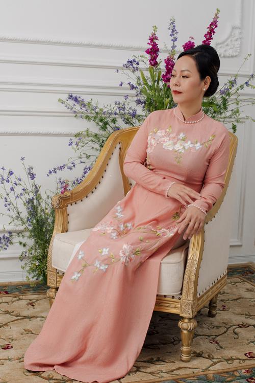 Áo dài màu cam pastel là gợi ý tiếp theo cho mẹ cô dâu, chú rể. Mẫu áo này dễ dàng phù hợp với nhiều concept tiệc cưới, đem lại sự duyên dáng.