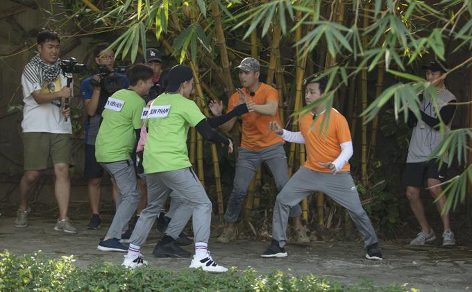 Các nghệ sĩ có màn rượt đuổi gay cấn để xé bảng tên của nhau trong chương trình.