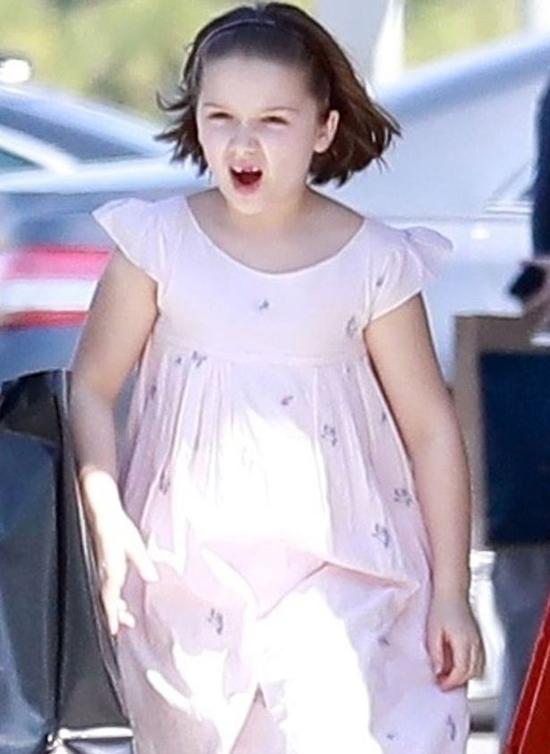 Harper mặc váy hồng, lớn