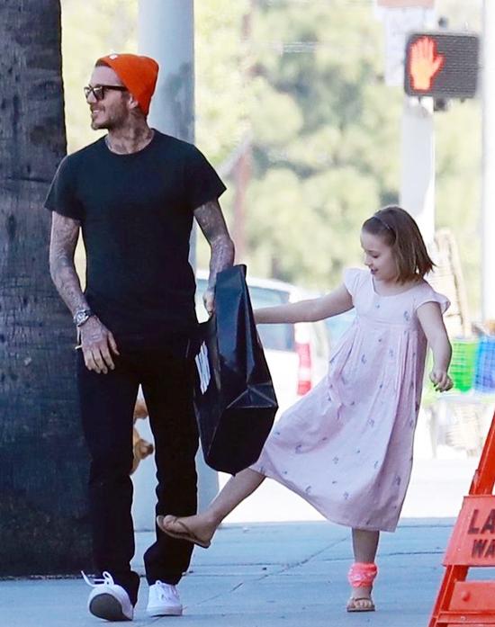 Tranh thủ lúc bố nhìn đi chỗ khác, cô bé lém lỉnh ngáng chân...