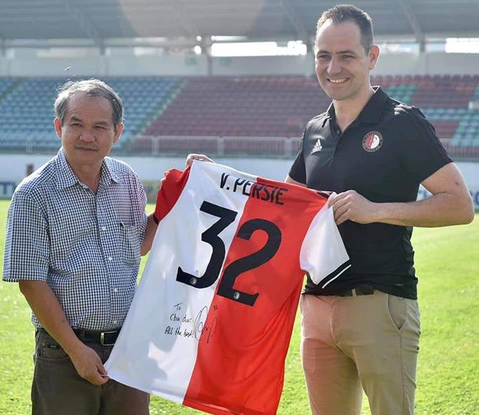 Đại diện CLB Feyenoord Rotterdam tặng bầu Đức chiếc áo đấu của Van Persie. Ảnh: HAGL.
