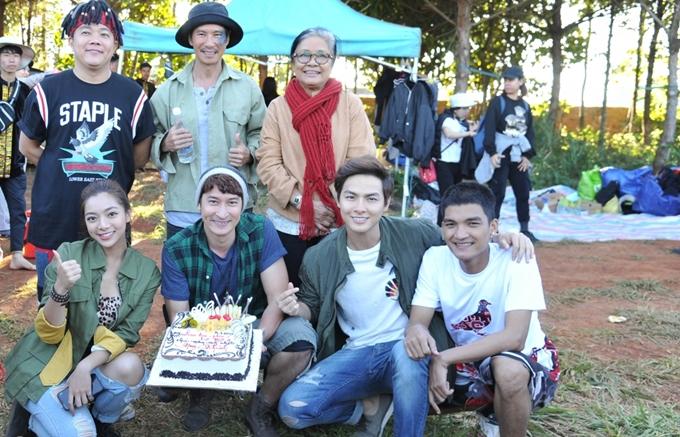 Lý Hải và dàn diễn viên mừng sinh nhật Huy Khánh trên trường quay.