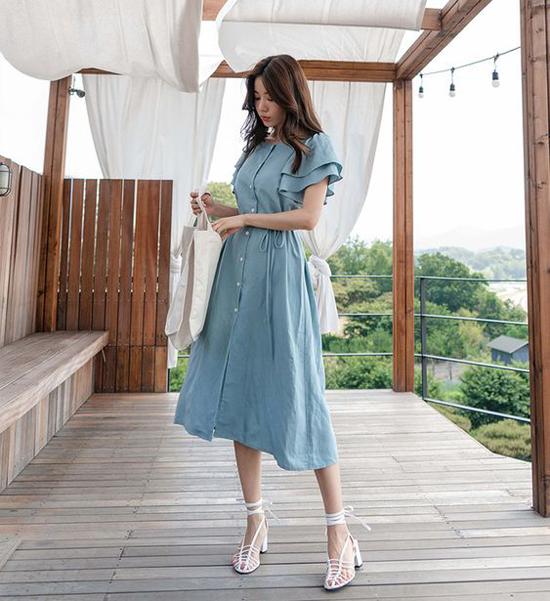 Vào mùa hè các chất liệu vải có khả năng hút ẩm nhanh luôn được phái đẹp yêu thích. Trong đó linen là chất liệu luôn được các cô nàng sành mặc săn lùng.