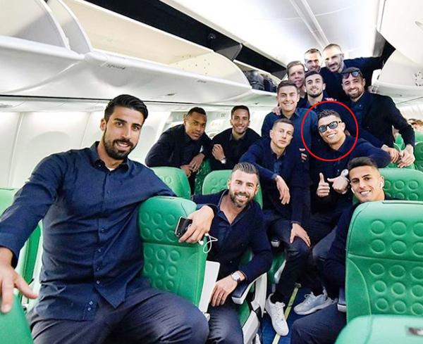 C. Ronaldo và đồng đội lên đường sang Amsterdam chuẩn bị cho tứ kết lượt đi Champions League với chủ nhà Ajax. Ảnh: Instagram.