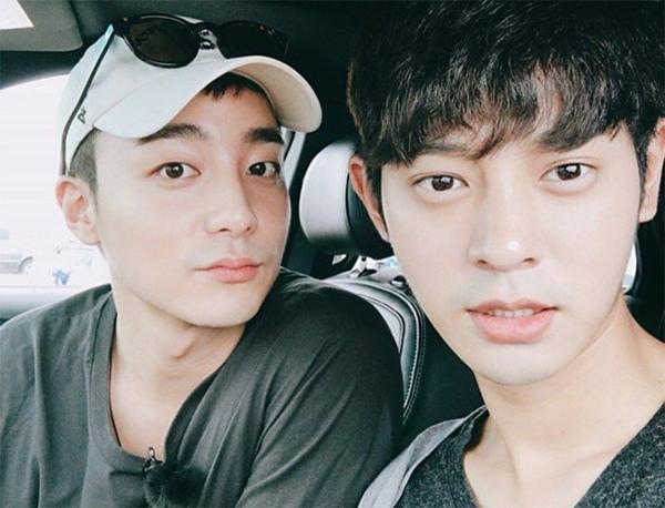 Nam ca sĩ và Joon Young nổi tiếng là đôi bạn thân thiết.
