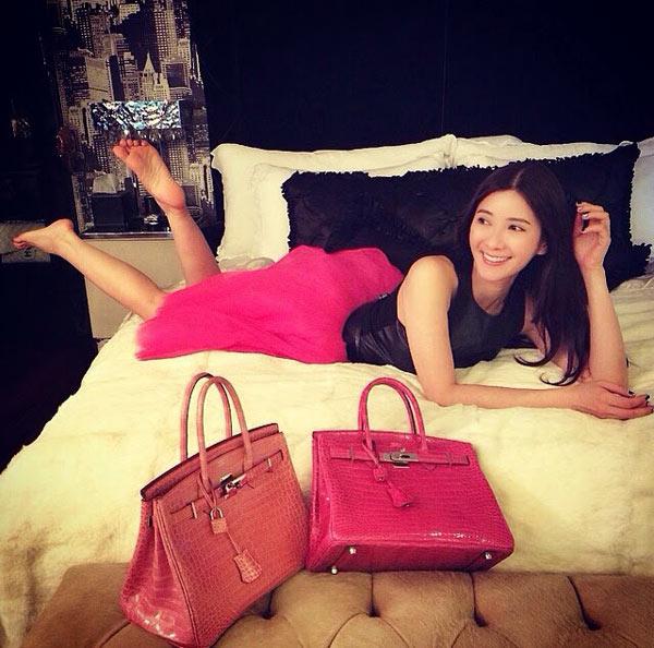 Được mệnh danh là Nữ hoàng Instagram Singapore với gần 200.000 người theo dõi tài khoản mạng xã hội này, Jamie Chua đã đăng tải hơn 3.000 bức ảnh ghi lại cuộc sống xa hoa hàng ngày, chủ yếu là khoe những món đồ hiệu đắt giá. Trong cuộc phỏng vấn với AsiaOne, Jamie cho biết, cô không bao giờ mặc một chiếc váy đến lần thứ hai. Cô còn thuê hai người giúp việc phụ trách ghi lại từng khoảnh khắc thường nhật để đăng lên Instagram. Đặc biệt, gia tài túi Hermes của nhân vật tiếng tăm này còn được cho là khủng hơn cả Victoria Beckham - một tín đồ của dòng Hermes Birkin.