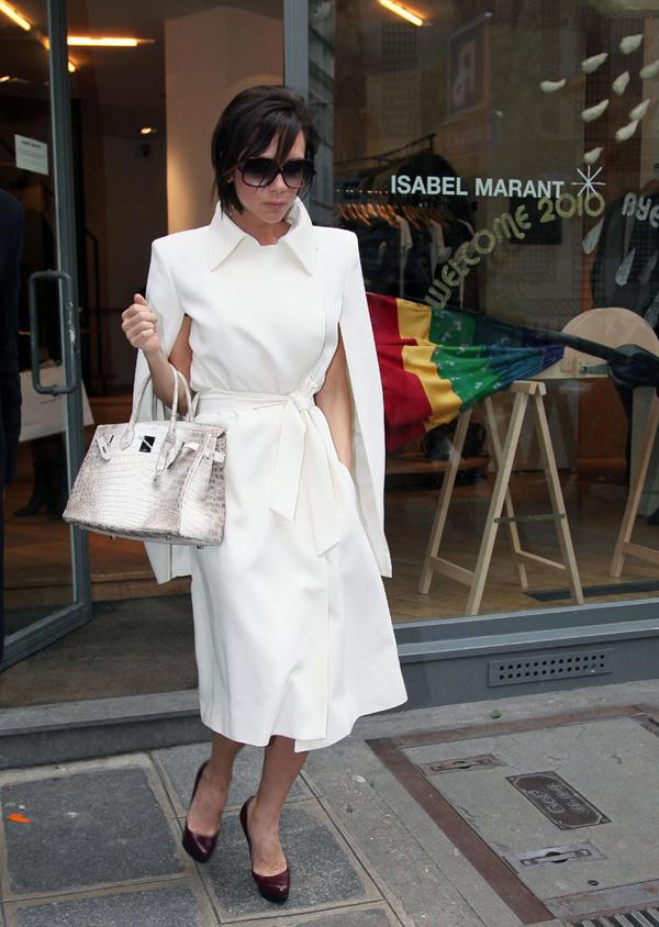 Vốn được mệnh danh là người có bộ sưu tập túi Hermes khủng nhất làng sao thế giới, Victoria Beckham sở hữu hơn 100 chiếc Birkin (dòng túi cao cấp nhất của nhà mốt Hermes), trị giá hơn 1,5 triệu bảng Anh (khoảng 46 tỷ đồng). Năm 2008, ông xã cô - cựu danh thủ David Beckham - tặng vợ món quà xa xỉ là một chiếc Birkin mang tên Matte Himalayan Nilo Crocodile nạm kim cương, biến cô thành một trong vài người đầu tiên sở hữu siêu phẩm này. Ở thời điểm đó, nó có giá khoảng 75.000 bảng Anh (2,3 tỷ đồng). Cho đến hiện tại, bà mẹ bốn con vẫn là ngôi sao duy nhất sử dụng phiên bản nạm kim cương. Birkin Matte Himalayan được làm từ da của ba con cá sấu bạch tạng nuôi ở sông Nile, khóa bằng vàng trắng 18 carat và nạm 245 hoặc 450 viên kim cương. Đầu tháng 6/2017, thiết kế này được một đại gia giấu tên người Hong Kong mua với giá 300.000 USD (hơn 6,8 tỷ đồng) trên sàn đấu giá Christies tại xứ Cảng thơm, xác lập kỷ lục là chiếc túi đắt nhất từng được bán ra trên thế giới. Ngày 12/6 vừa qua, một chiếc Birkin Matte Himalayan 10 năm tuổi tiếp tục phá kỷ lục đấu giá tại châu Âu khi được bán ở mức 162.500 bảng Anh (tương đương hơn 217.000 USD, tức gần 5 tỷ đồng) trên sàn đấu giá Christies London.