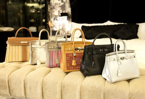 Những chiếc túi thuộc thương hiệu danh tiếng bậc nhất này của bà mẹ hai con có giá từ 9.000 đến 150.000 USD (khoảng 190 triệu - hơn 3 tỷ đồng), bao gồm đủ màu sắc, kích cỡ và chất liệu đa dạng.