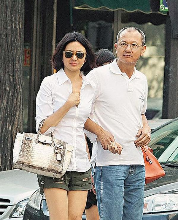 Không được đánh giá cao về phong cách thời trang nhưng diễn viên Hong Kong Quan Chi Lâm vẫn khiến đồng nghiệp mắt tròn mắt dẹt khi đeo mẫu túi bạc tỷ xuống phố.