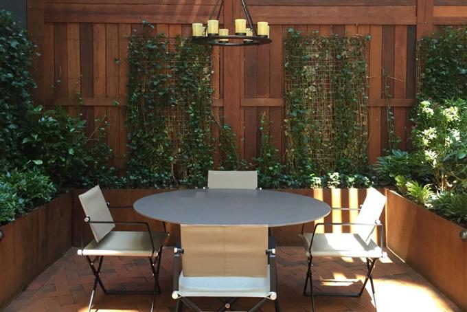 Từ phòng khách và nhà bếp của căn hộ có thể nhìn ra khoảng không gian xanh tươi ngoài sân vườn.