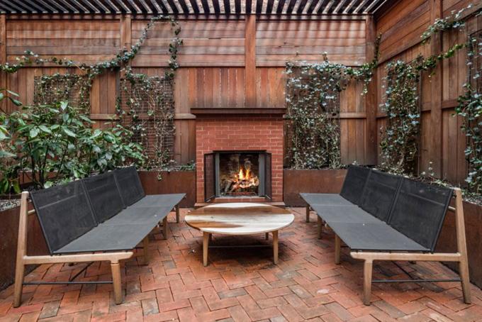 Sân thượng cũng có một lò sưởi ngoài trời,hệ thống tưới tiêu cho cây cối và được đặt nhiều bàn ghế để ăn uống và tiếp đãi bạn bè.