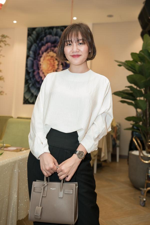 Ca sĩ Văn Mai Hương ăn vận thanh lịch đến mừng đàn chị khai trương hồng phát.