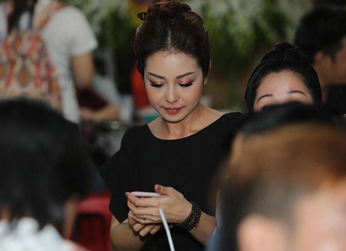 Hoa hậu Jennifer Phạm mặc đồ đen đến chia buồn với gia đình Anh Vũ.