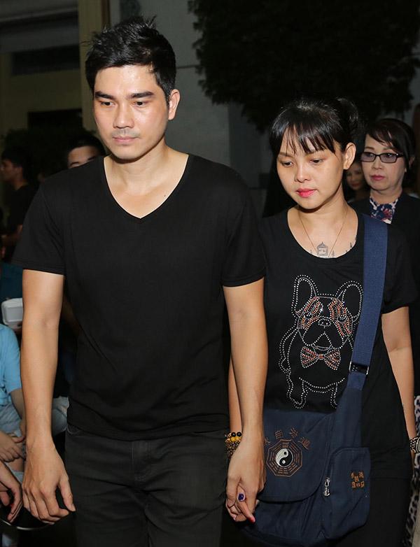 Vợ chồng diễn viên Thành Được lặng lẽ trong đoàn người tới viếng Anh Vũ.