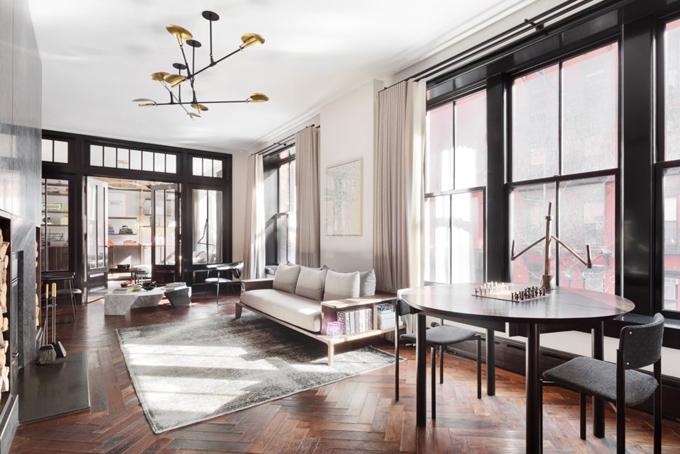 Phòng khách của căn hộ cao cấp này quay mặt về hướng Đông để đón ánh nắng mặt trời vào buổi sáng. Trong phòng này đặt 3 bộ bàn ghế quay hướng ngồi về 3 hướng khác nhau tạo nên sự đa dạng và linh hoạt cho căn phòng.